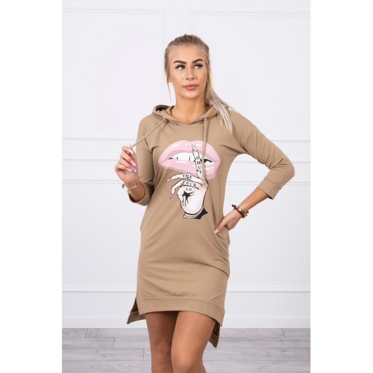 Šaty s predĺženou zadnou stranou a farebnou potlačou v predu MI64632 camel