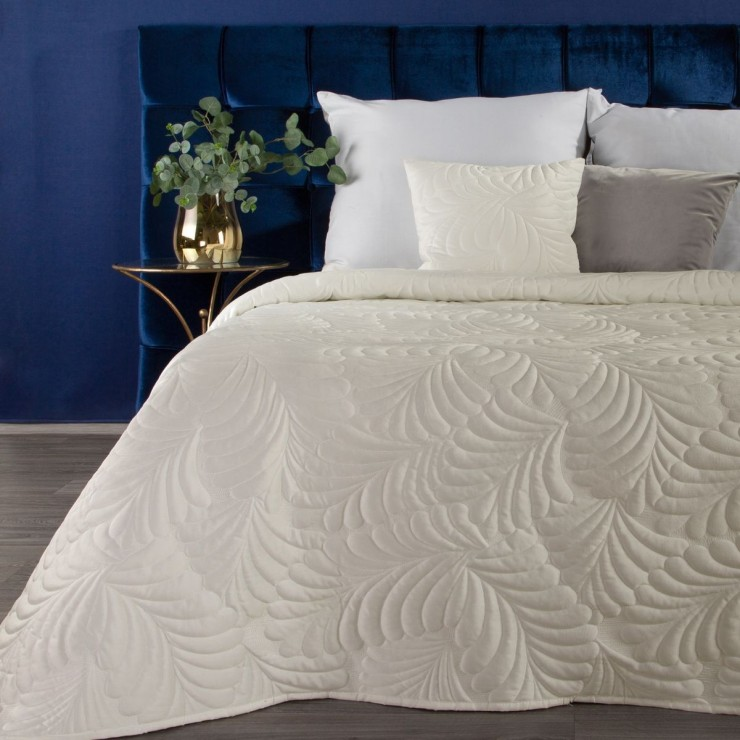 Shiny velvet bedspread quilted with the traditional sewing method, leaf pattern cream
