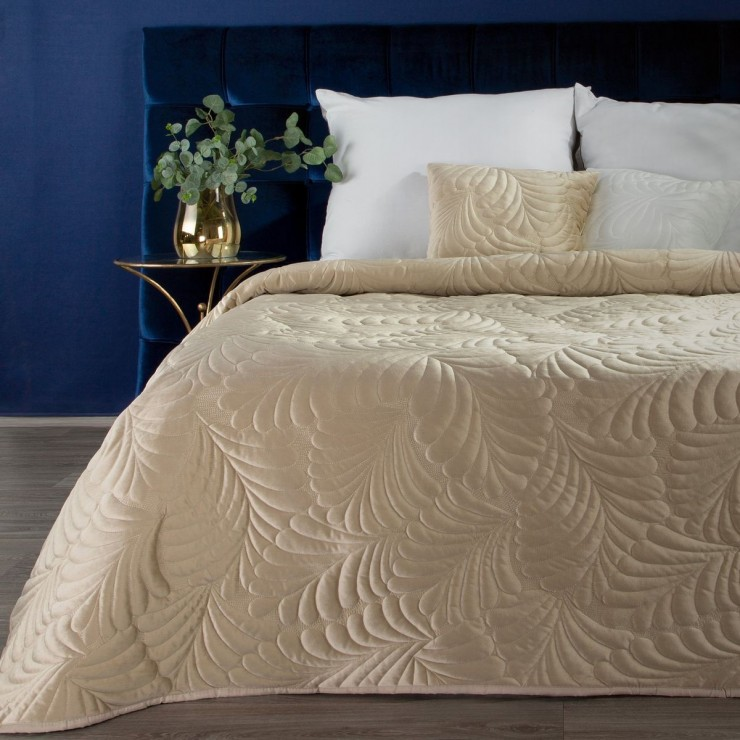 Shiny velvet bedspread quilted with the traditional sewing method, leaf pattern beige
