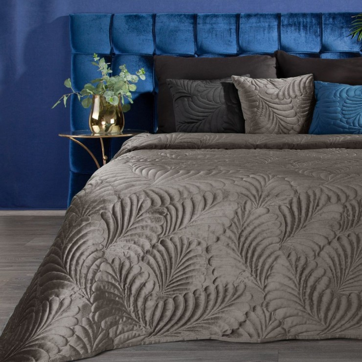 Shiny velvet bedspread quilted with the traditional sewing method, leaf pattern dark beige