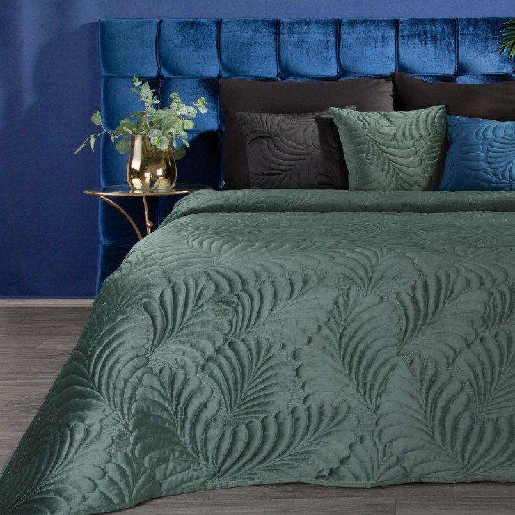 Shiny velvet bedspread quilted with the traditional sewing method, leaf pattern dark mint