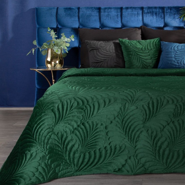 Shiny velvet bedspread quilted with the traditional sewing method, leaf pattern dark green